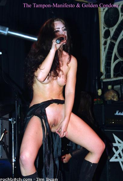 Итальянские певицы голые на сцене видео
